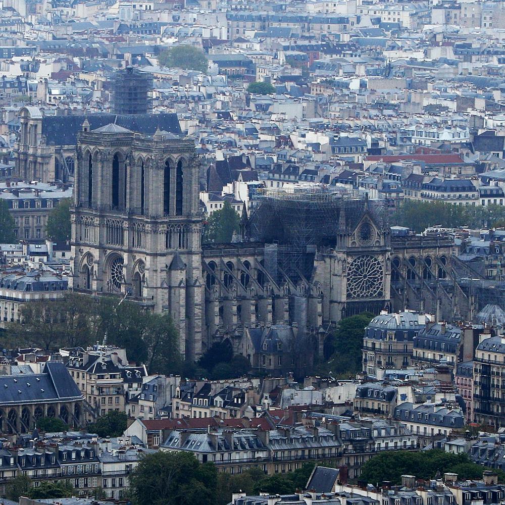 Ponyvával borítják be a Notre-Dame tetejét